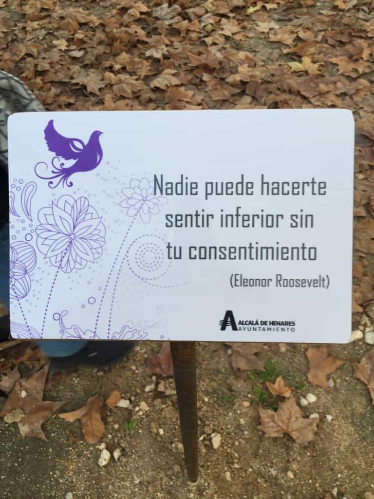 Uno de los carteles del paseo Ni una más el día de su inauguración